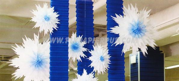 linéaires - Exemple de décoration de saison avec un kit « Hiver » comprenant des kakémonos papier crépon en accordéon et de grandes étoiles ; le tout dans une gamme de couleur blanc bleu pour créer une atmosphère. L'installation est très simple.