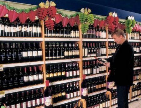 fruits - guirlande publicitaire composée de grappes de raisin en décoration au dessus  de rayonnages en GMS