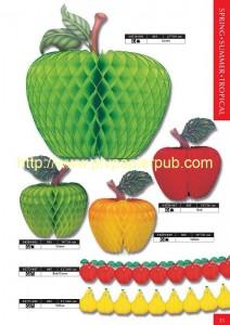fruits - ensemble du kit comprenant des fruits (pomme, pêche) sous la forme de boules en papier crépon et des guirlandes de poires et de fraises