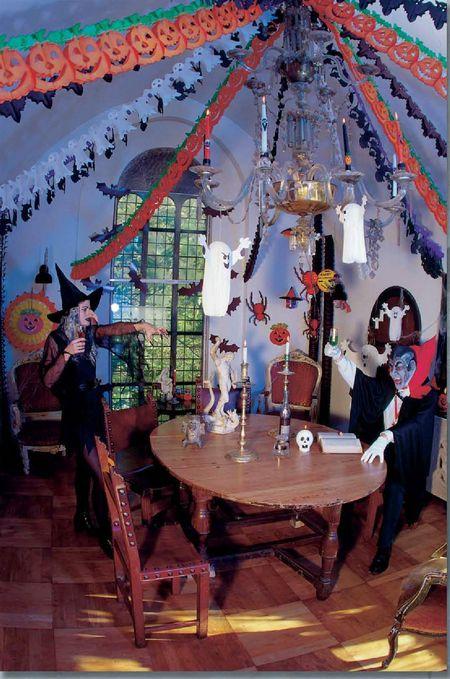 déco Halloween - pièce décorée avec le kit Halloween, guirlande, fantômes en papier, rosaces, chauves-souris