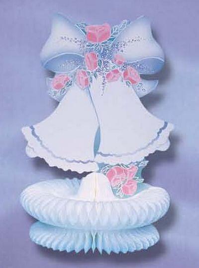 décoration de mariage - cloches surmontées d'un noeud sur nid de papier crépon blanc