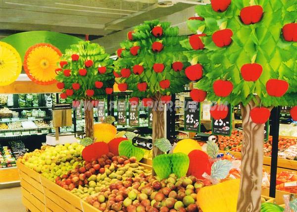 support publicitaire - ensemble d'arbres fruitiers et de soleils en papier comme décoration d'un stand de fruits en GMS