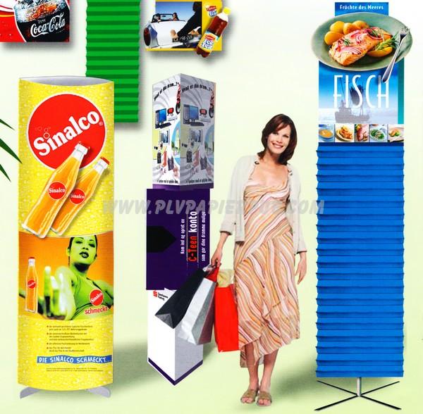 totem publicitaire - plusieurs totems dont un elliptique, un second fait de deux triangles et un troisième d'une bande de papier en accordéon